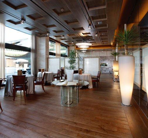 una sala di un ristorante con un pavimento in parquet