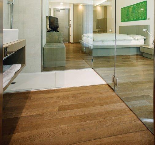 un pavimento in parquet in un bagno