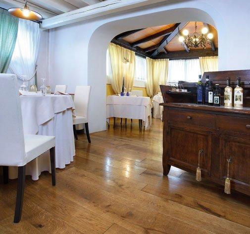 vista dei tavoli in un ristorante con un pavimento in parquet