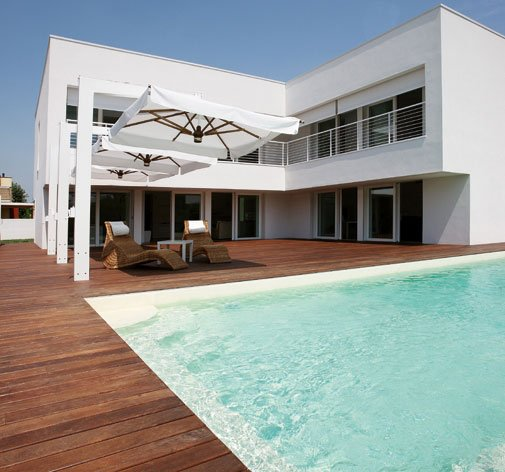 vista di una casa moderna con una piscina e una pavimentazione in parquet