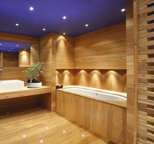 un bagno moderno con pareti e pavimento in legno