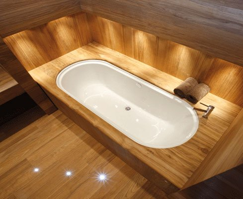 una vasca da bagno con finiture in legno