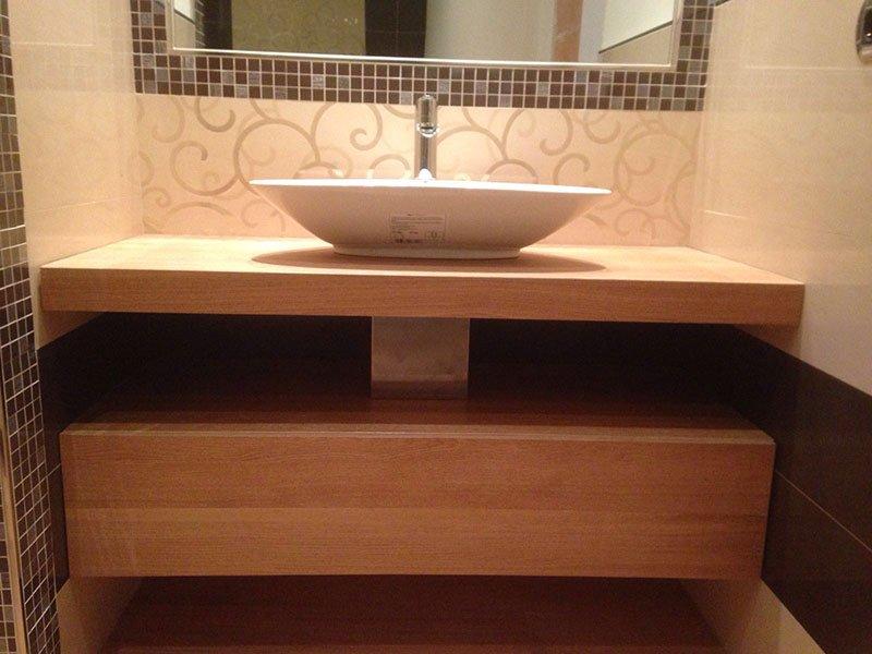 vista di un lavabo moderno con un mobile in legno di supporto