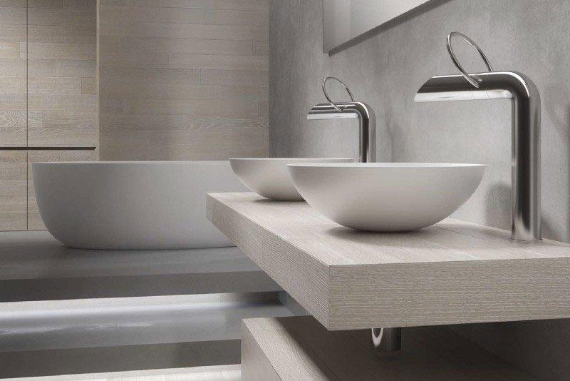 vista di un mobile beige che supporta dei lavabi