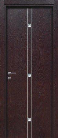 una porta in legno scuro con delle righe bianche