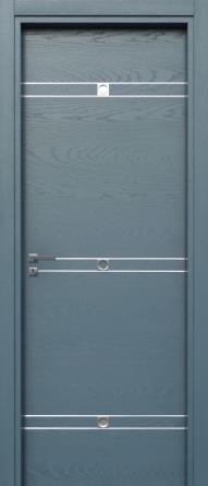 una porta blu con delle righe bianche