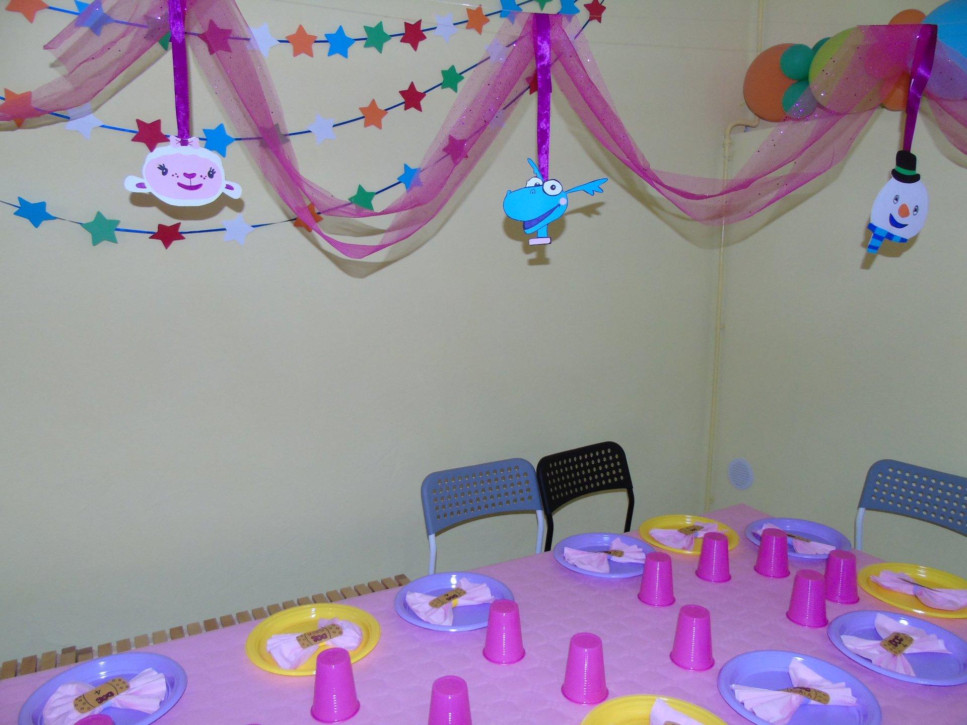tavolo apparecchiato per festa compleanno