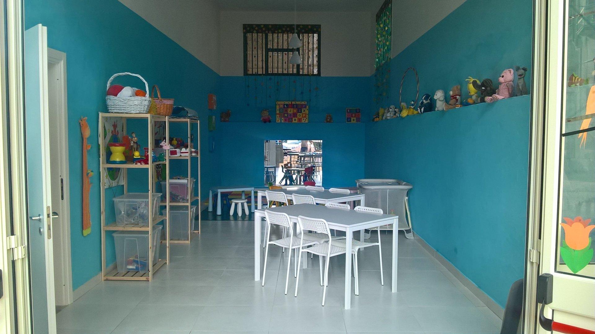 vista di una stanza azzurra con oggetti compleanno