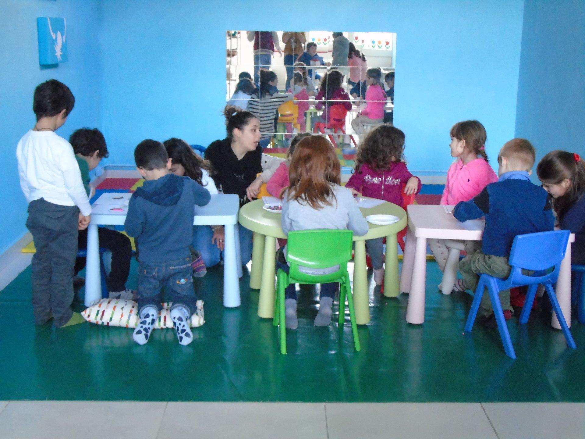 bambini festeggia compleanno in una stanza azzurra