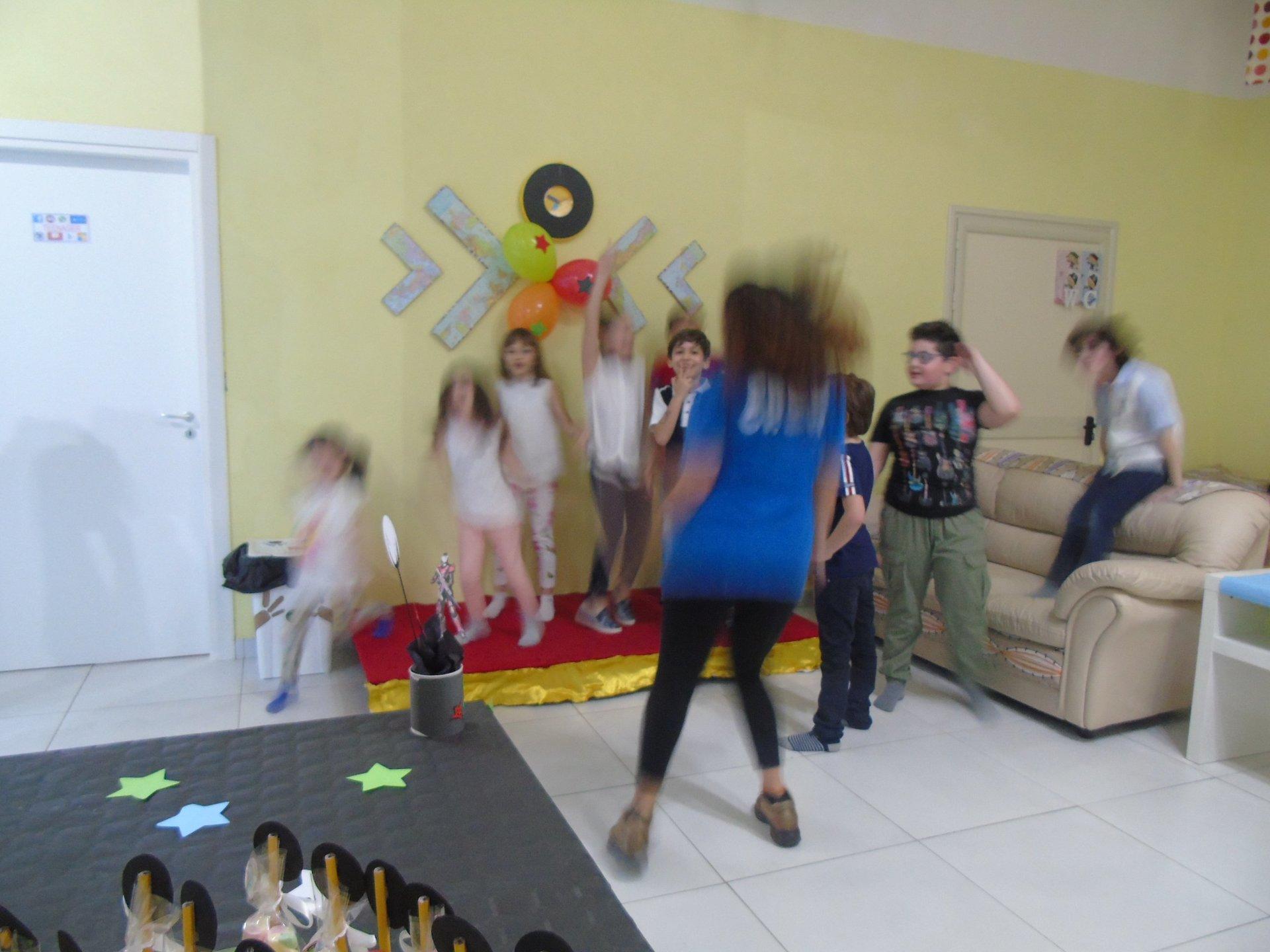 bambini stanno ballando in un compleanno festa