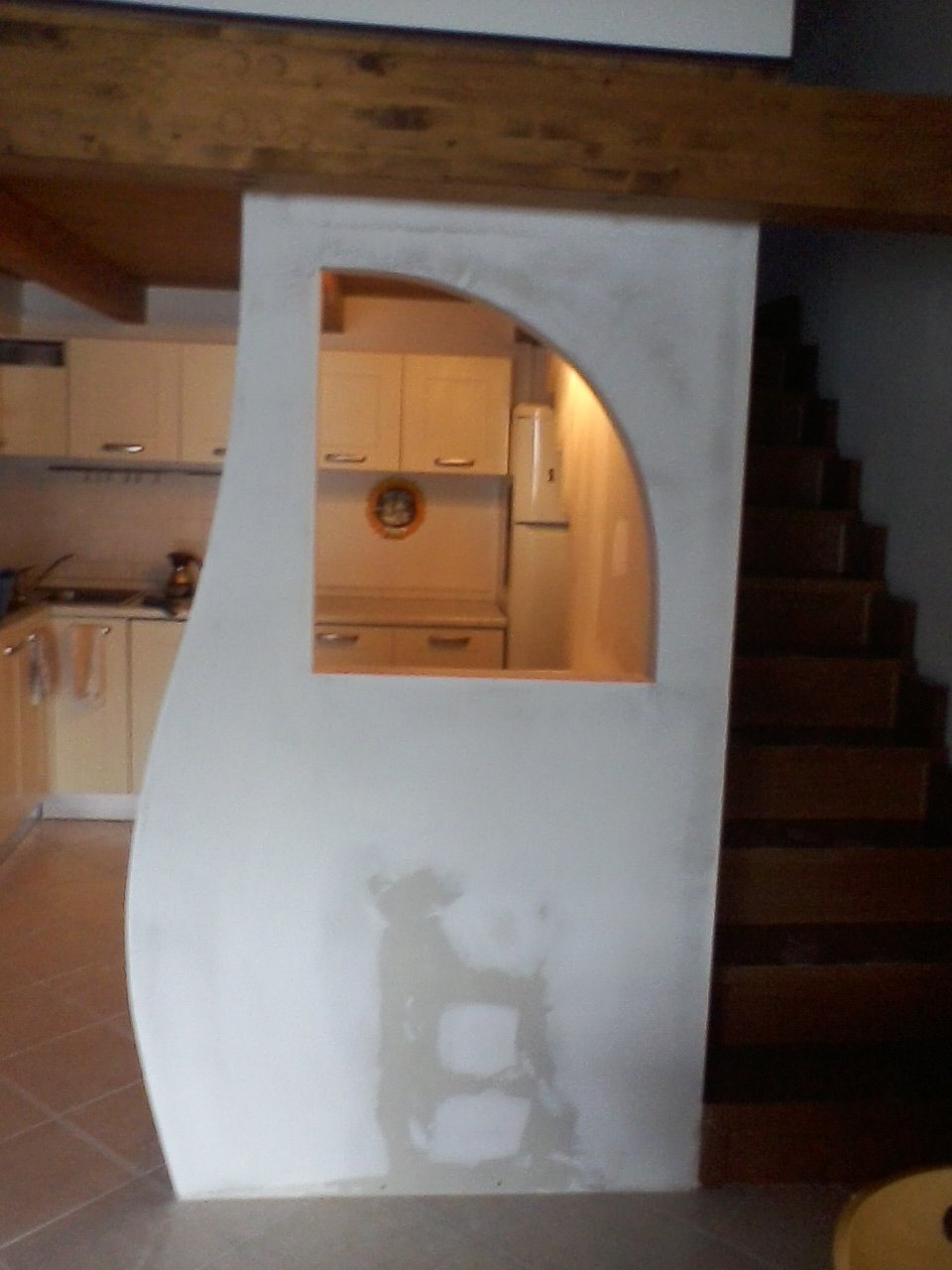 un muro in cartongesso con una finestrella in una cucina