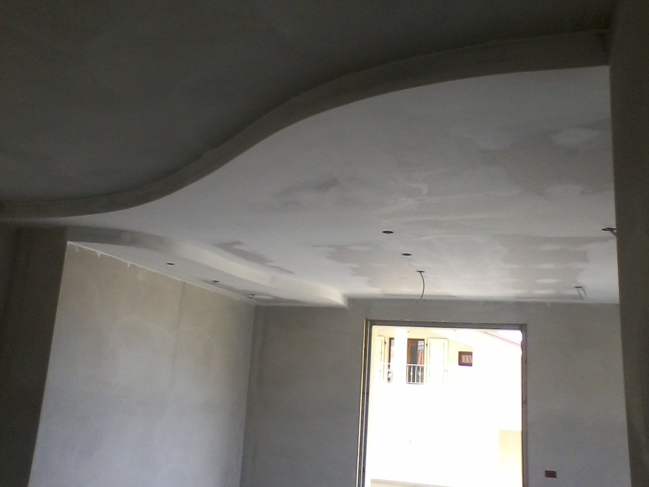 inquadratura di parte di una stanza con controsoffitto in cartongesso