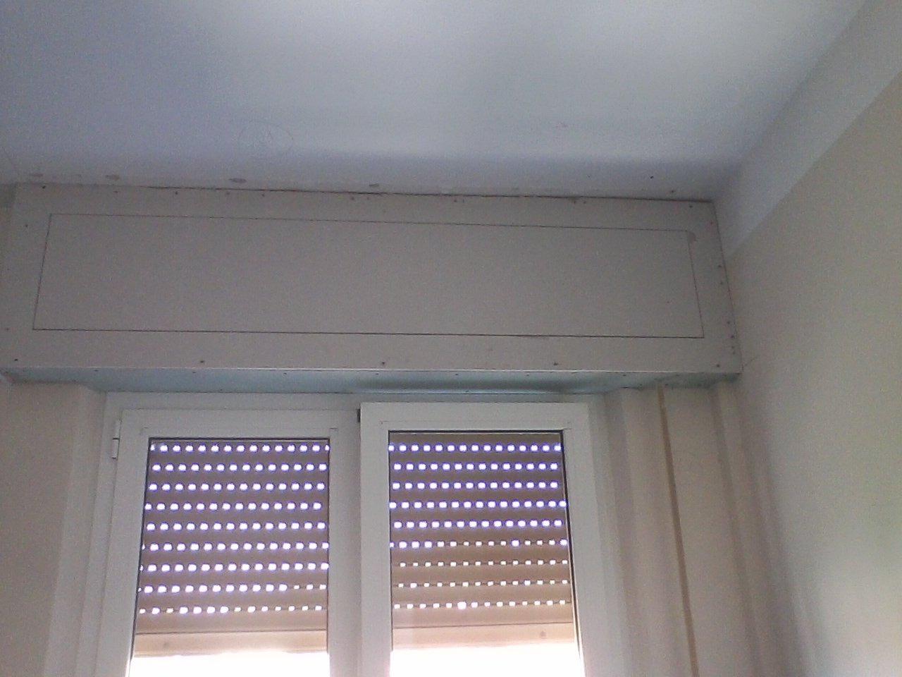 un cassonetto di una tapparella e sotto una finestra