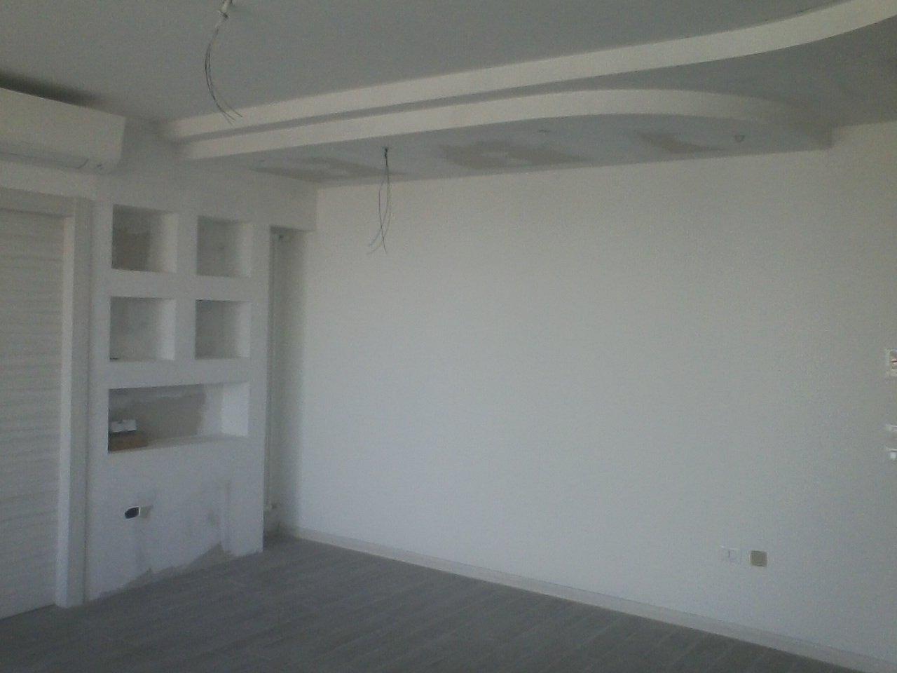 angolo di una stanza con parete e controsoffitto in cartongesso