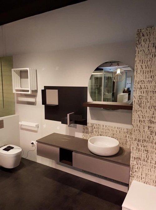 vista di un bagno con ceramiche