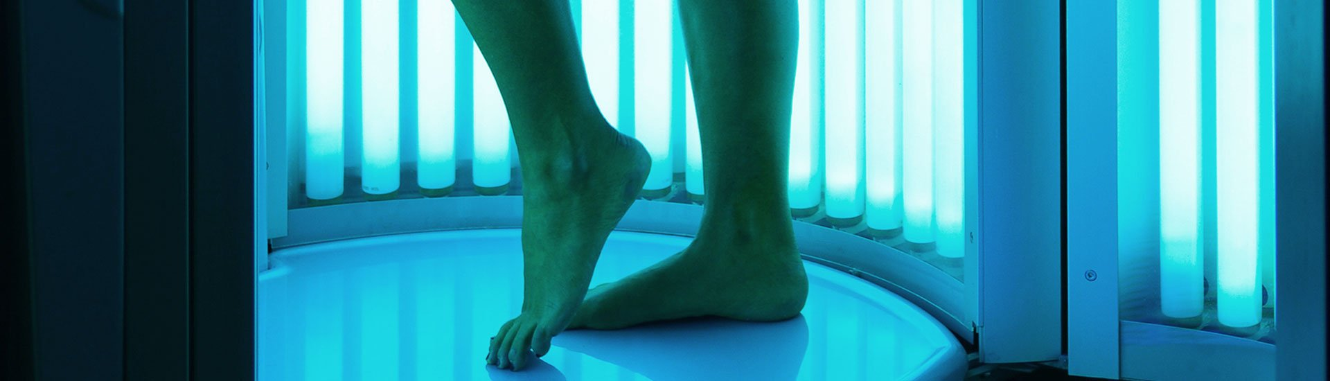 Vertical tanning booth