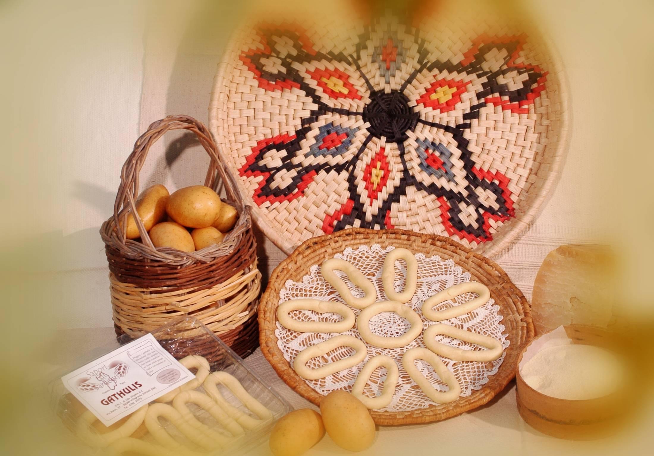 cestino con uova e altri prodotti tipici