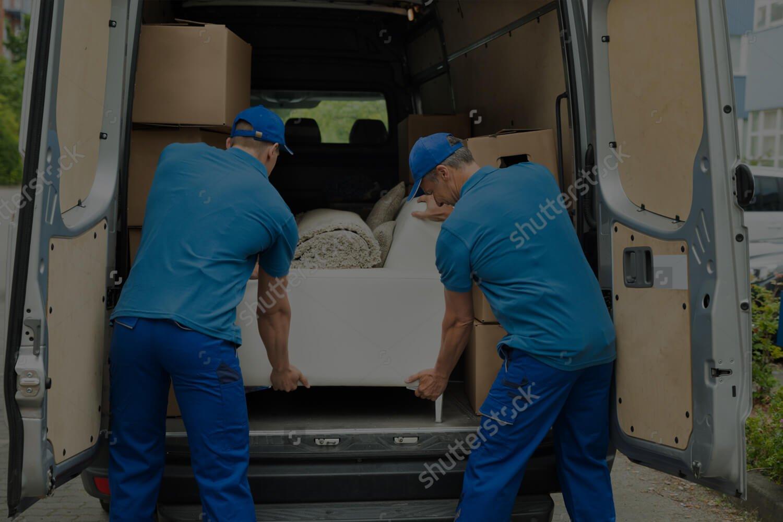 operai scaricano furgone durante trasloco a Ravenna