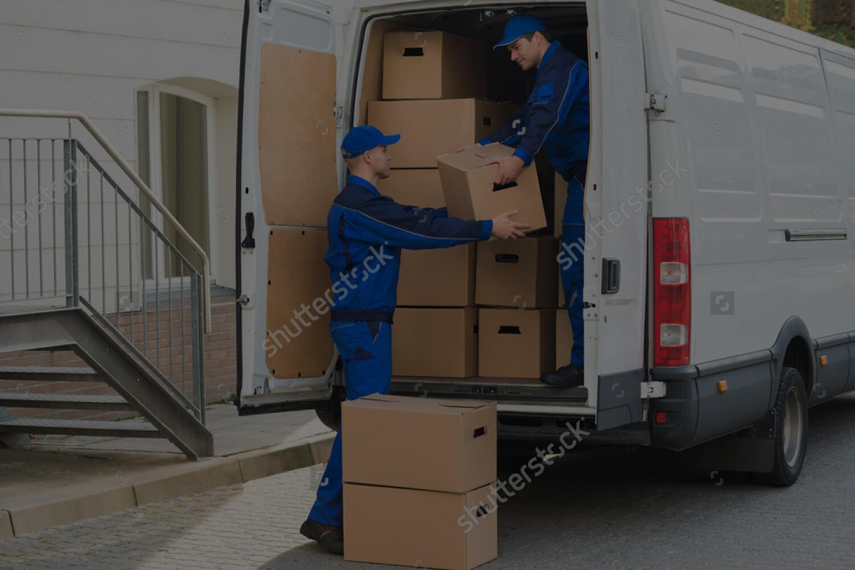 operai scaricano scatole dal furgone a Ravenna