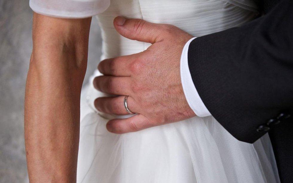 mano dello sposo  sul fianco della sposa