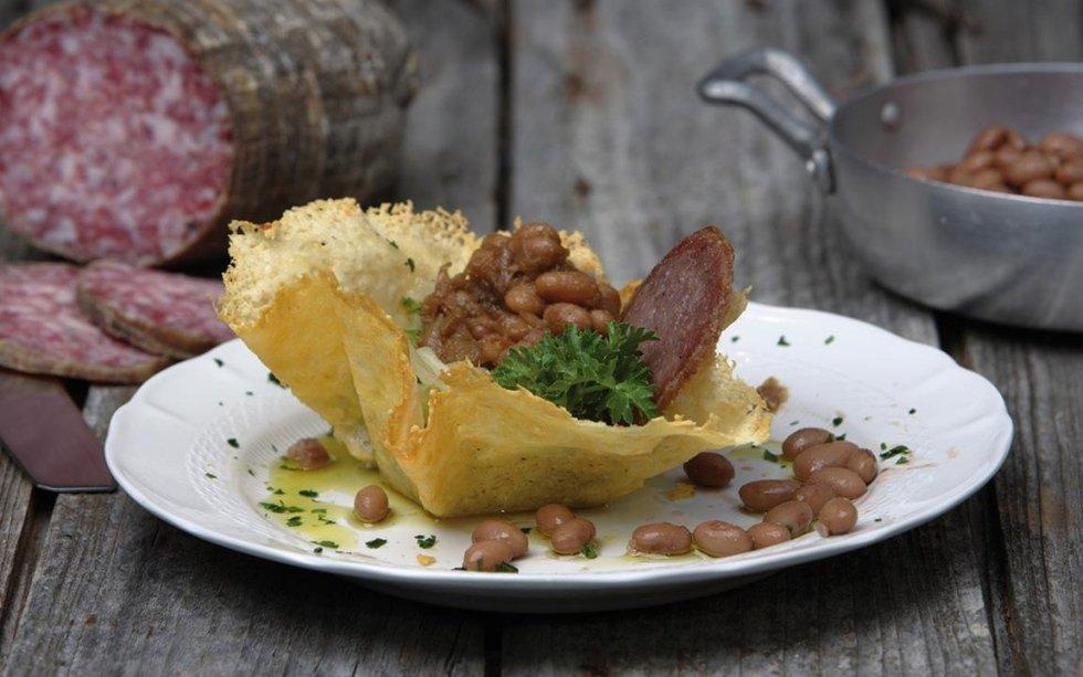 crostino di parmigiano con fagioli e guarnizione di erbe