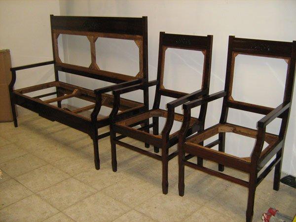Delle strutture in legno di un divano e due poltrone