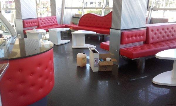 Panchine e dei divani di ,pelle di color rosso