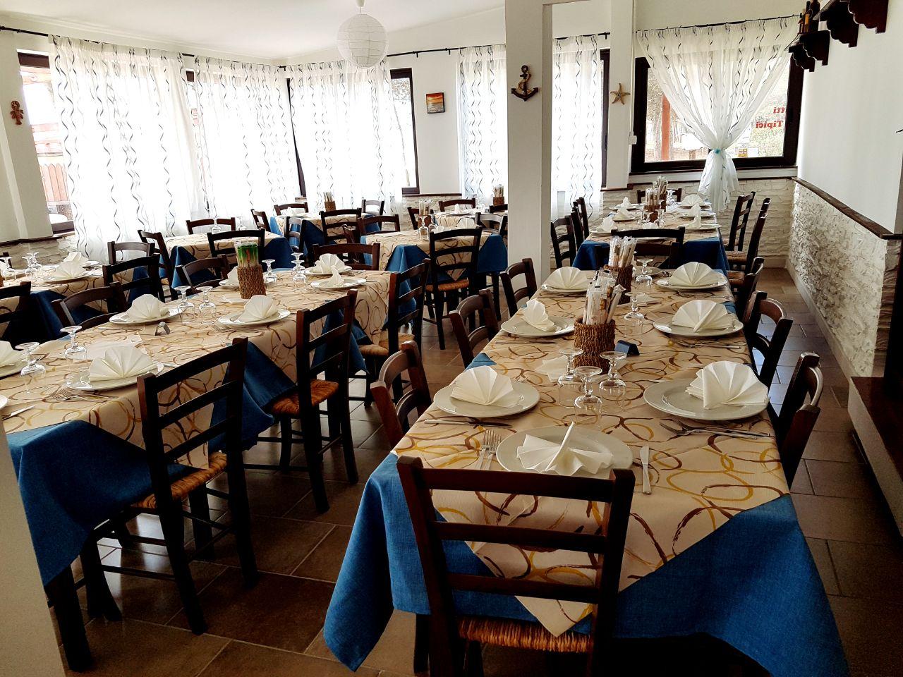 vista interna di un ristorante sul mare