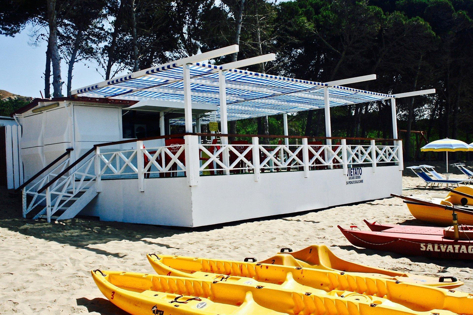 Canoe disponibili in affitto disposte in fila sulla spiaggia