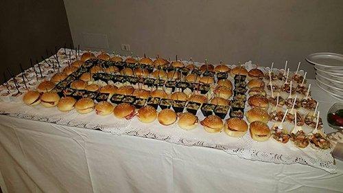 Panini disposti su un tavolo per buffet e servizio catering