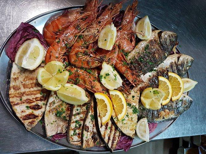 pesce alla griglia con spicchi di limone