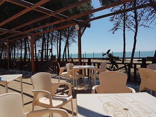 tavolini all'aperto con vista sul mare
