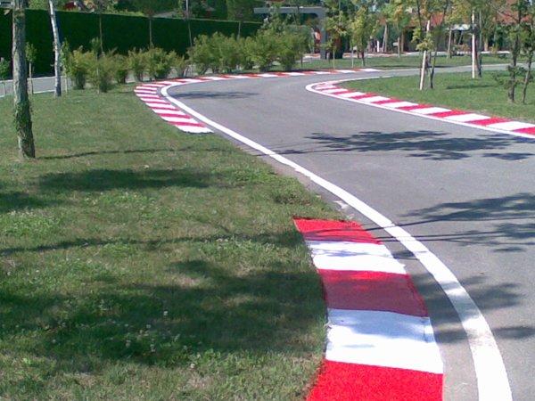 strada asfaltata curva a desrtra