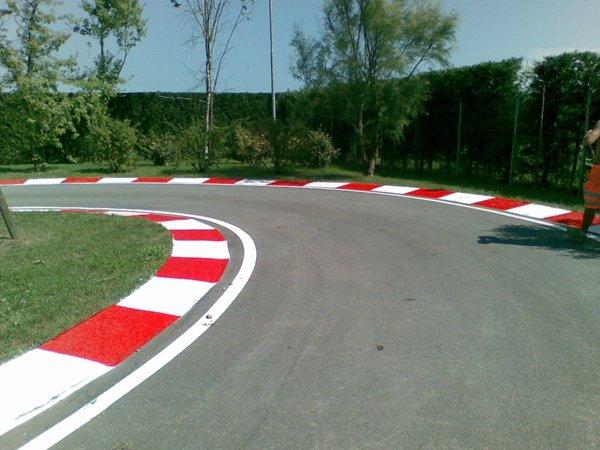 strada asfaltata curva a sinistra