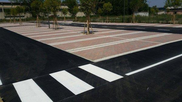 strisce  pedonali e zone riservate al parcheggio delle auto