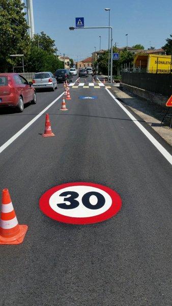segnale sulla strada con limite di velocità 30 km orari