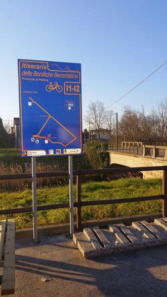 cartello stradale con indicato l itinerario delle bonifiche Benedettine