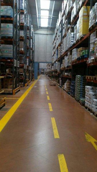 Strisce gialle in un magazzino