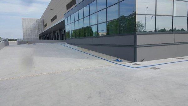 area asfaltata fuori un edificio