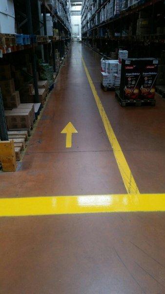 magazzino  Con freccia gialla dipinta sul pavimento