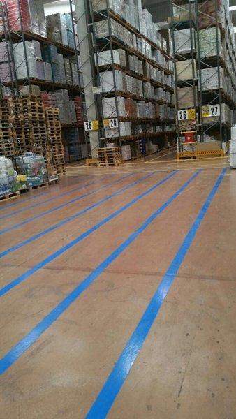 strisce blu in un magazzino