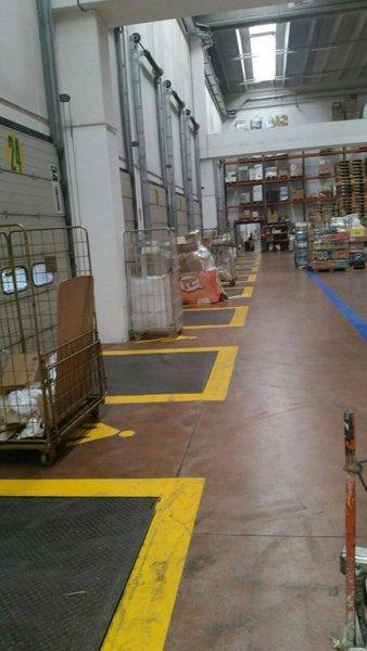 striscie gialle  segnaletica orizzontale in un magazzino