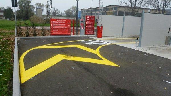 curva gialla con indicazione di uno stop