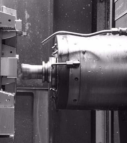 primo piano parti di metallo su un tornio