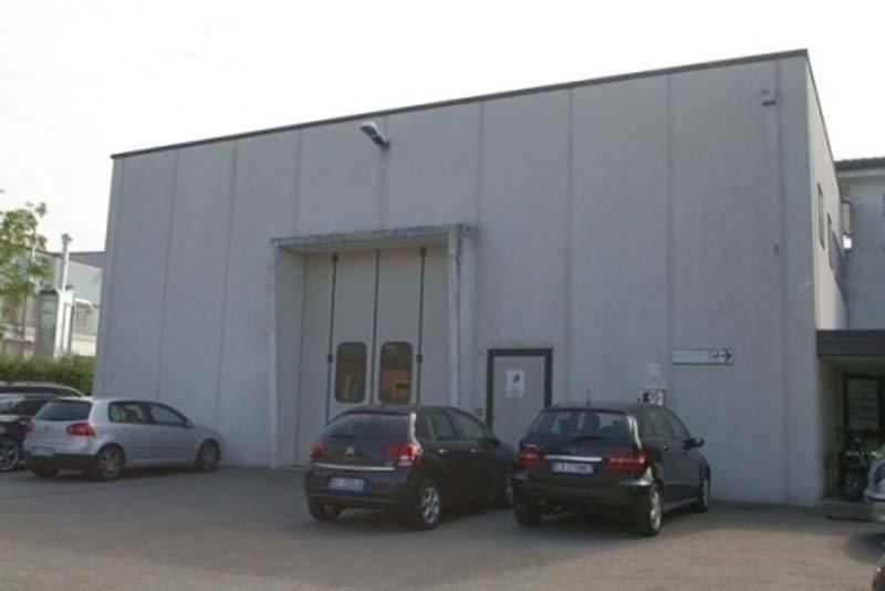 vista esterna di un impianto con macchine parcheggiate-frontale