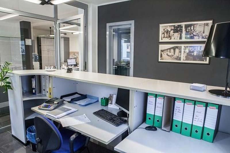 bancone ufficio con oggetti in un impianto macchine