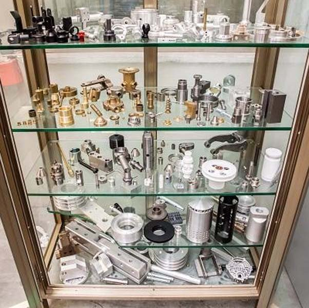 vetrina con prodotti e pezzi di ricambio