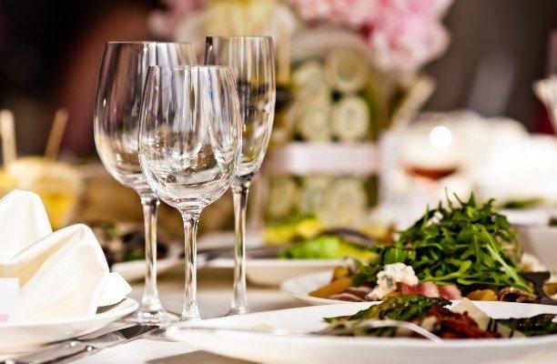bicchieri di cristallo su un tavolo
