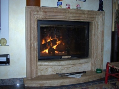 Caminetto in marmo con fuoco che arde