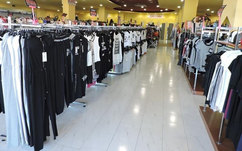 La corsia del reparto abbigliamento